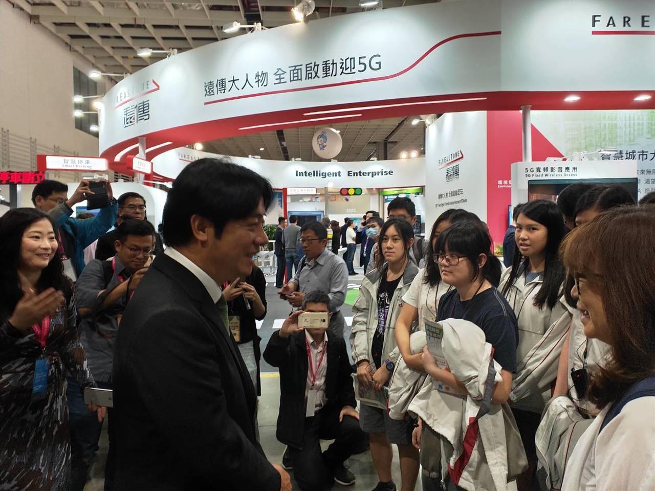 行政院前院長賴清德在智慧城市展和參訪的台北市中崙高中學生聊天。記者徐偉真/攝影