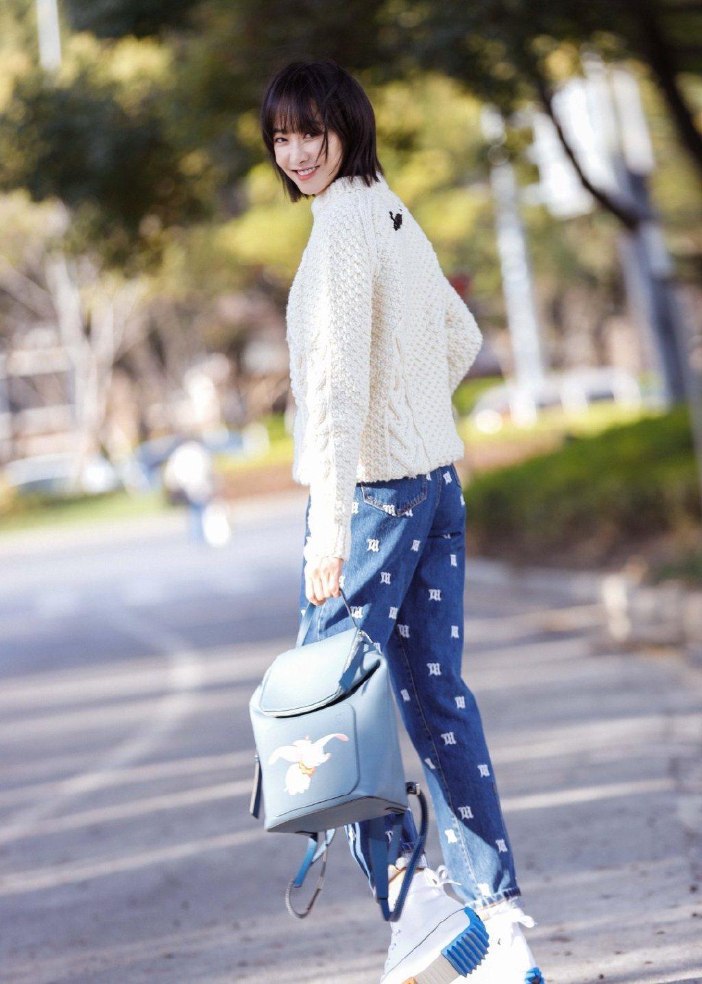 宋茜選用可愛的Goya石藍色小牛皮後背包,售價81,000元。圖/LOEWE提供