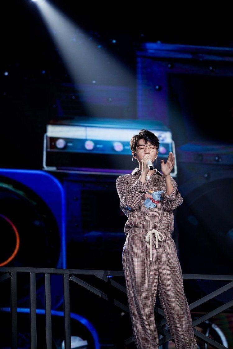 王俊凱身穿小飛象紅白格紋polo上衣41,000元、小飛象紅白格紋休閒長褲32,...