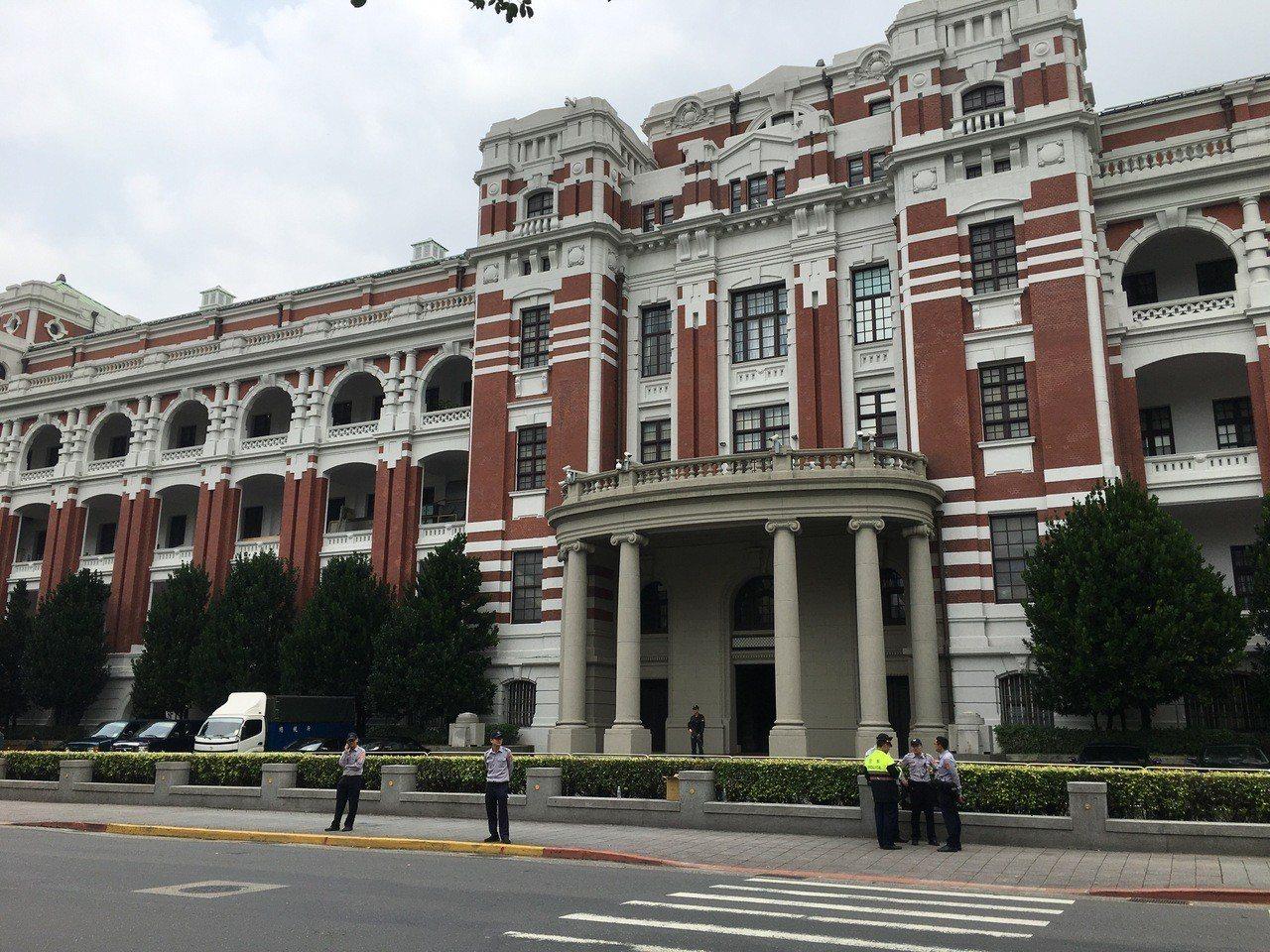 接近20名成員突然往總統府方向移動,因脫離所申請的遊行路線,警方2度依法舉牌警告...