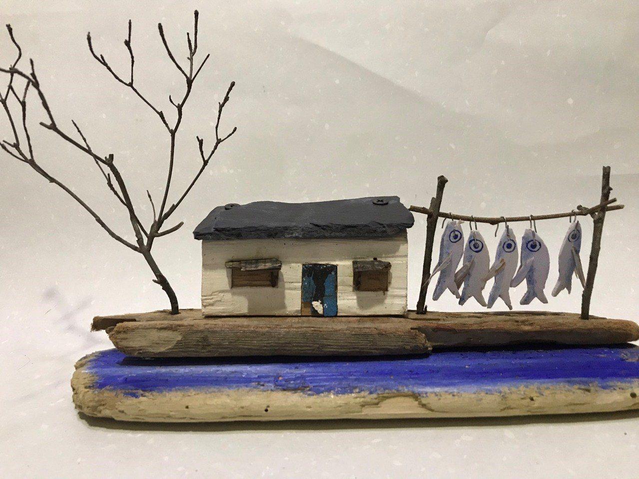 漂流木藝術創作人陳盈如將漂流木打造成海洋生物、小漁村等系列作品,療癒指數滿點。圖...