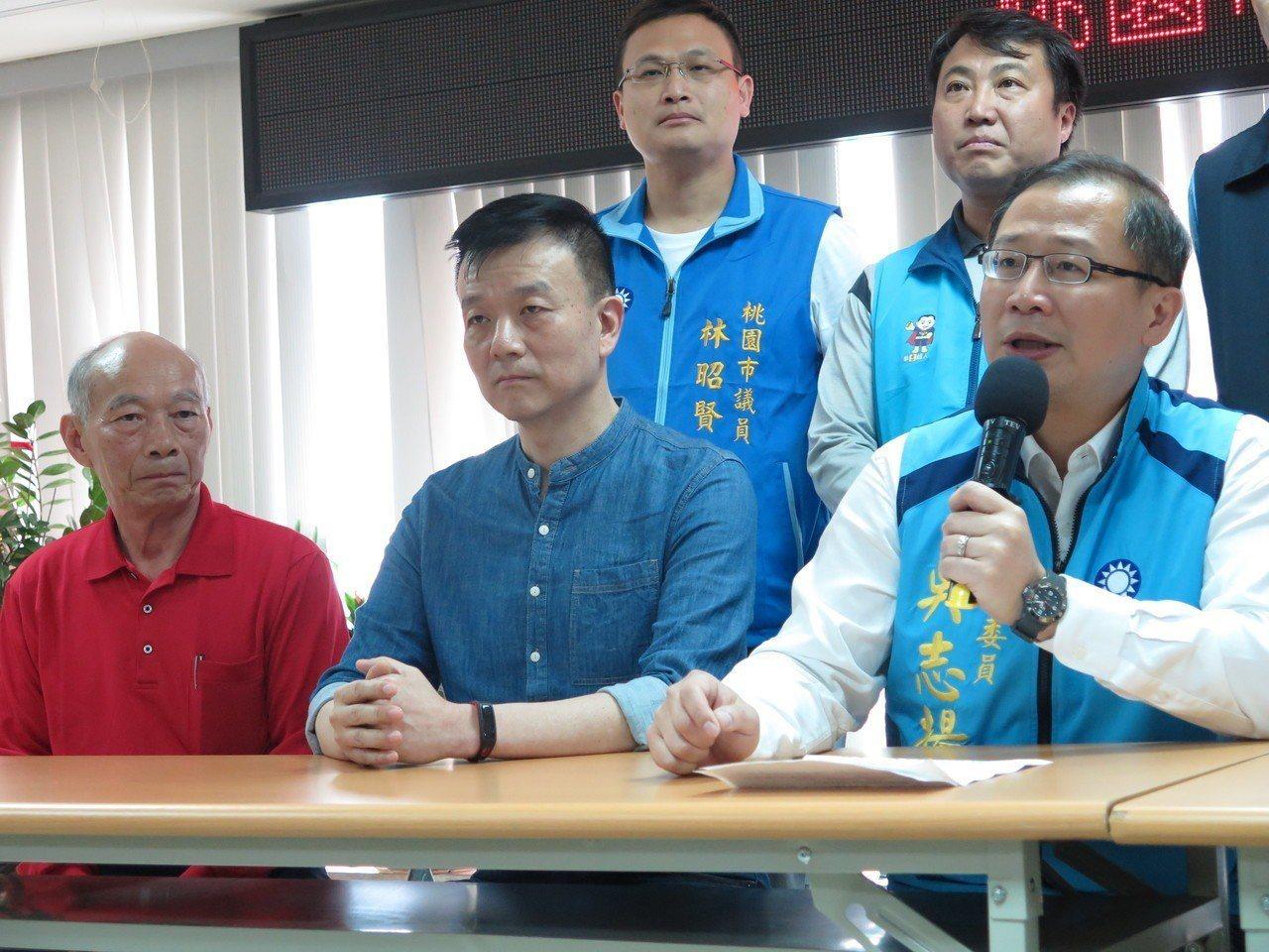 不分區立委吳志揚(右)今天在黨部開記者會,宣布退出第三選區轉戰第二選區。記者張裕...