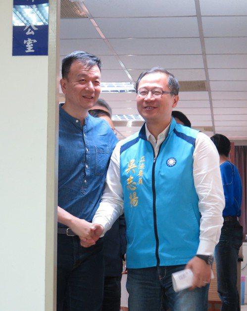 不分區立委吳志揚(右)退出第三選區轉戰第二選區,並和原本對此安排頗有微詞的退役少...