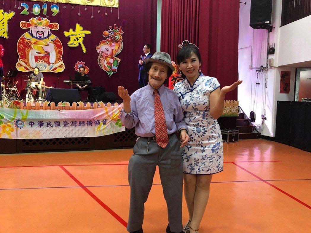 仁愛之家長者雲天賜(左)跟著明星唱「熱情的沙漠」日文版。圖/社會局提供