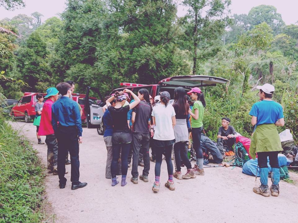 台中市一名完全學校的女學生,與學校師生到宜蘭山區松羅湖野訓,腳踝受傷,救助人員輪...