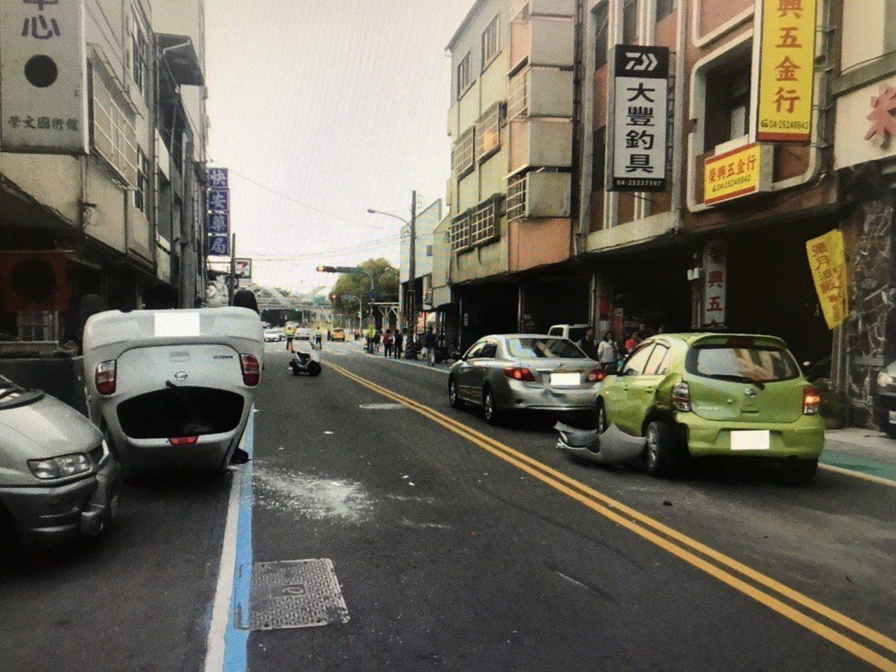 廖男駕駛白色轎車,疑未與前方車輛保持安全車距,追撞兩車後自翻180度、四輪朝天。...