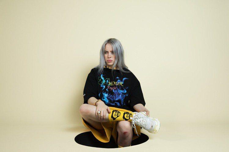 歡迎來到怪奇比莉的顛倒世界!這位來自洛杉磯的少女除了翻轉世俗對流行音樂的認知之外,也是目前潮流界爭相合作的對象,她特立獨行、極具個人特色的風格在短時間內吸引全球青少年的目光。身為全球樂壇最受矚目的新...