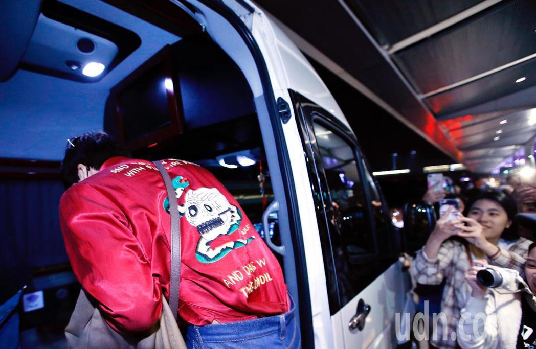 韓團EXO的Kai傍晚抵台,他身穿紅色襯衫,背後還有一個鬼怪造型。記者鄭超文/攝...