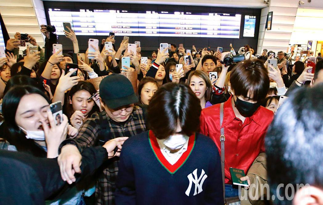 韓團EXO的Suho與Kai傍晚抵台,入境大廳有上百位粉絲接機。記者鄭超文/攝影