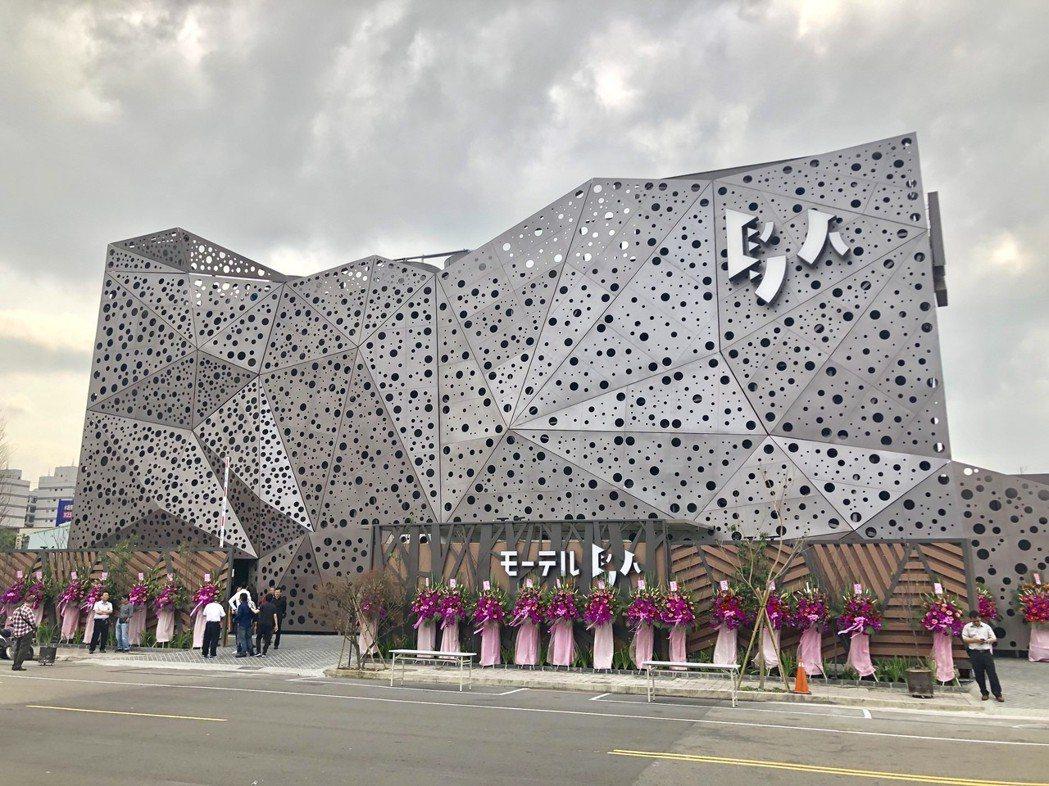 「鳥人」創意旅店標榜以上百片氟碳烤漆鋼板拼接成立體幾何鳥巢,夜晚光影雕琢令人驚艷...