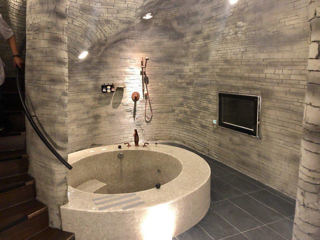 一整層浴室令人彷彿來到16世紀地下酒窖,浴池正上方高達二層樓的天井,彷如巧遇聖誕...