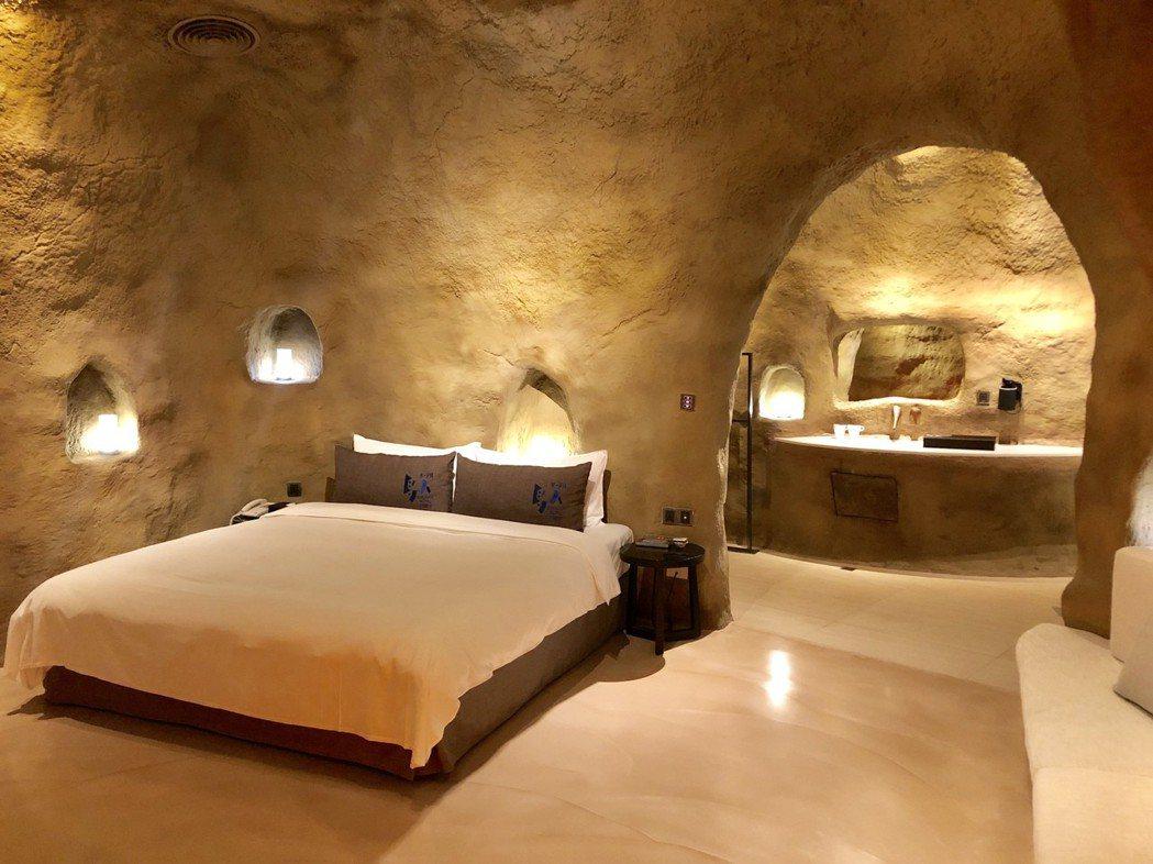 以洞穴為發想規劃而成的原始房,體驗穴居生活,打造只屬與兩人的隱密天地。記者宋健生...