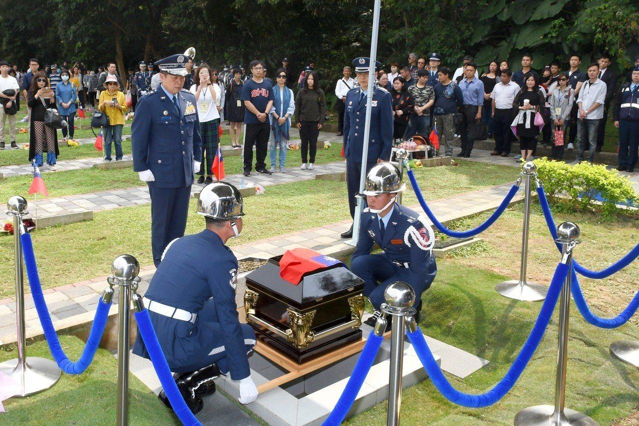 何子雨的棺槨下葬於碧潭空軍公墓。圖/空軍提供