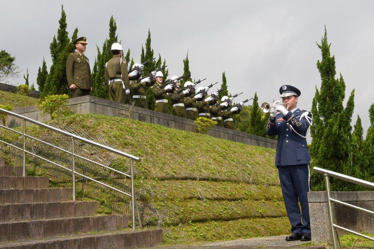 空軍樂隊號手在葬禮開始時,吹奏安息號。圖/空軍提供