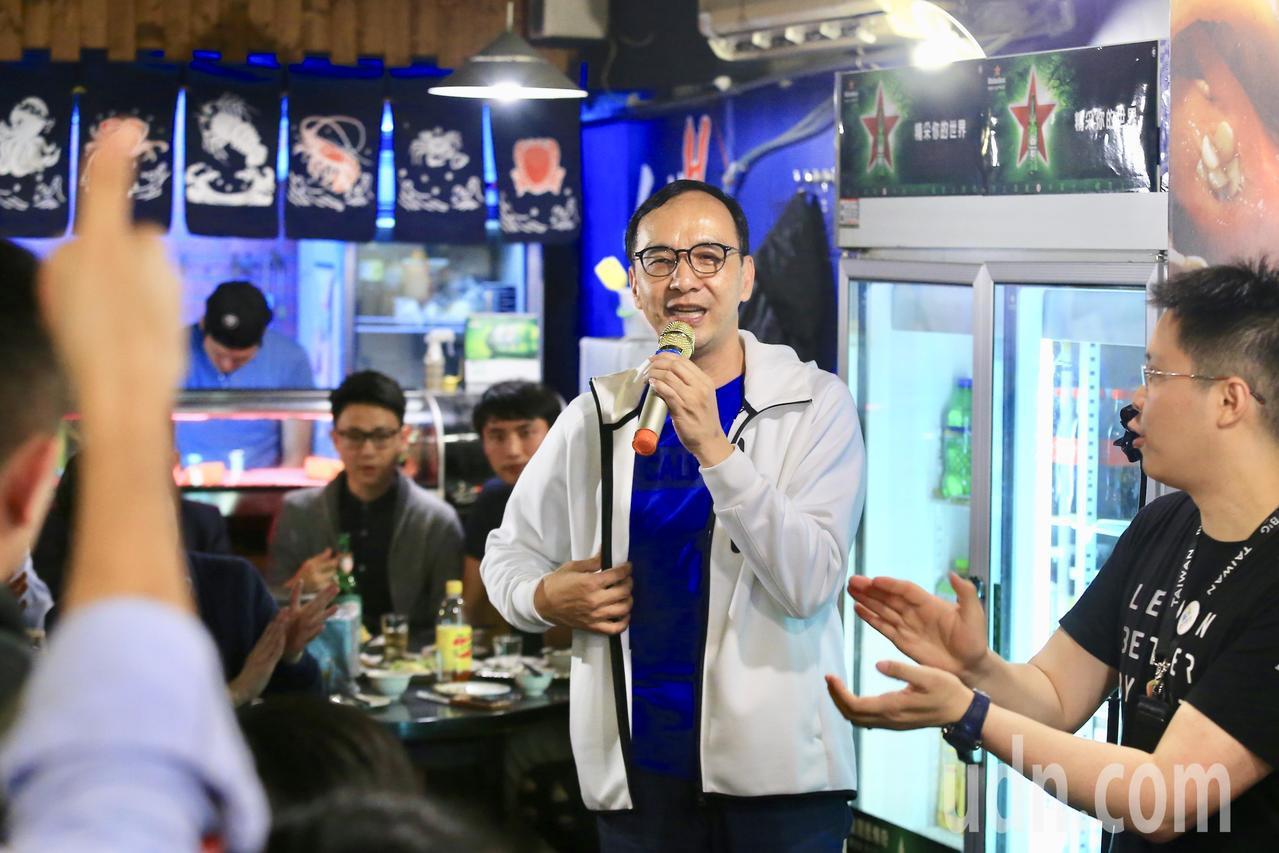 爭取代表國民黨參選總統的朱立倫,晚上出席「阿倫隨你問 與青年聚會活動」, 現場以...