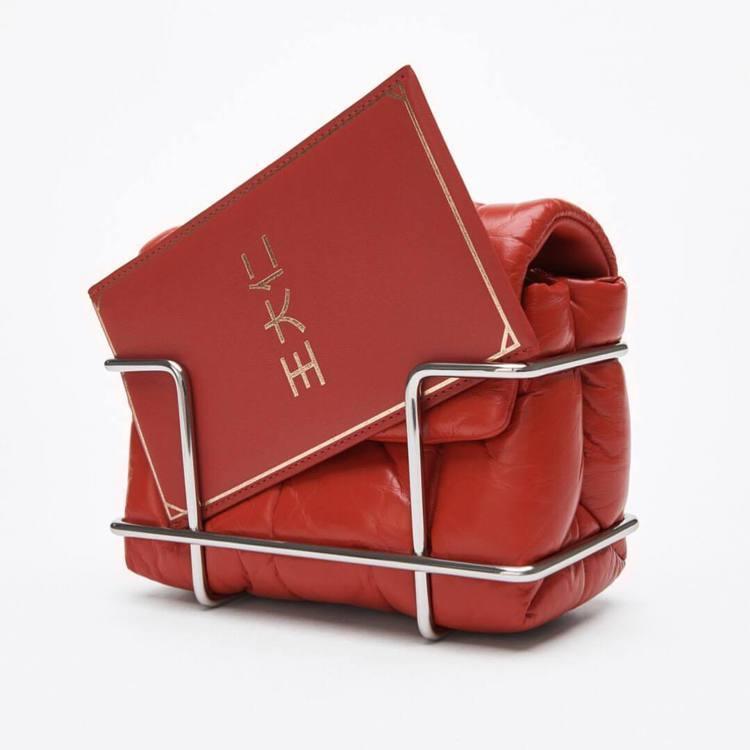 Alexanderwang 王大仁紅包袋,售價7,980元。圖/alexande...