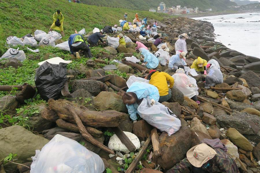 陳信助不斷號召志工在海域清清漂垃圾,但他發現越清越多,在海大協助下「海廢基地」,...