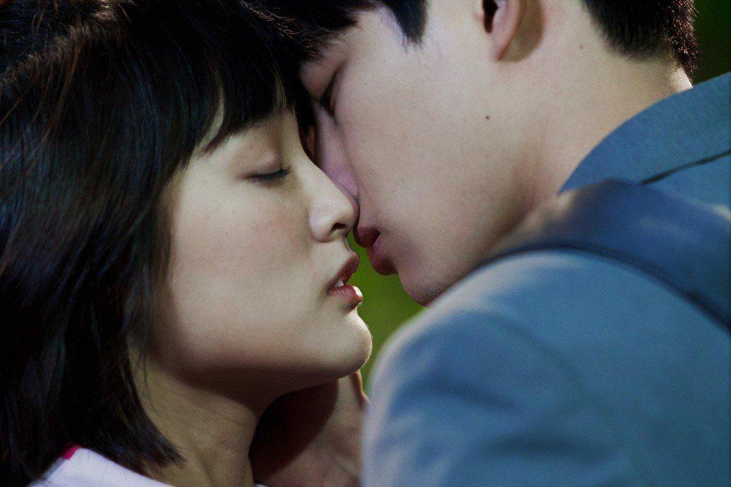 張庭瑚、王淨「愛情白皮書」吻戲浪漫唯美。圖/東森提供