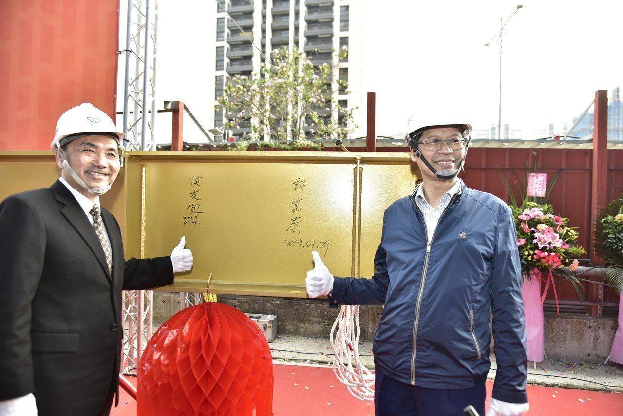 宏匯廣場上梁典禮,新北市長侯友宜(左)與宏匯集團董事長許崑泰(右)於梁柱上簽名。...