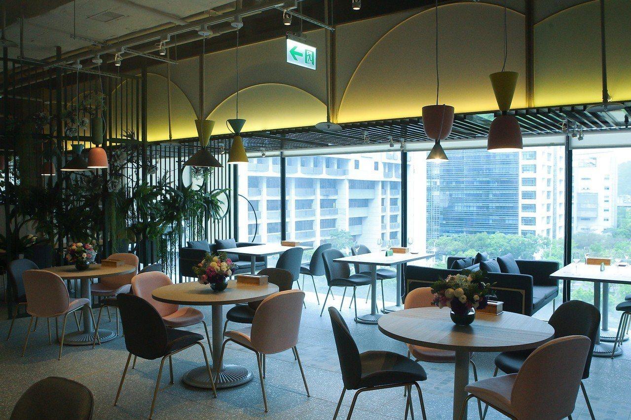 étage15 ENJOY TABLE藉由大量綠意與落地窗,營造出自然的室內環境...