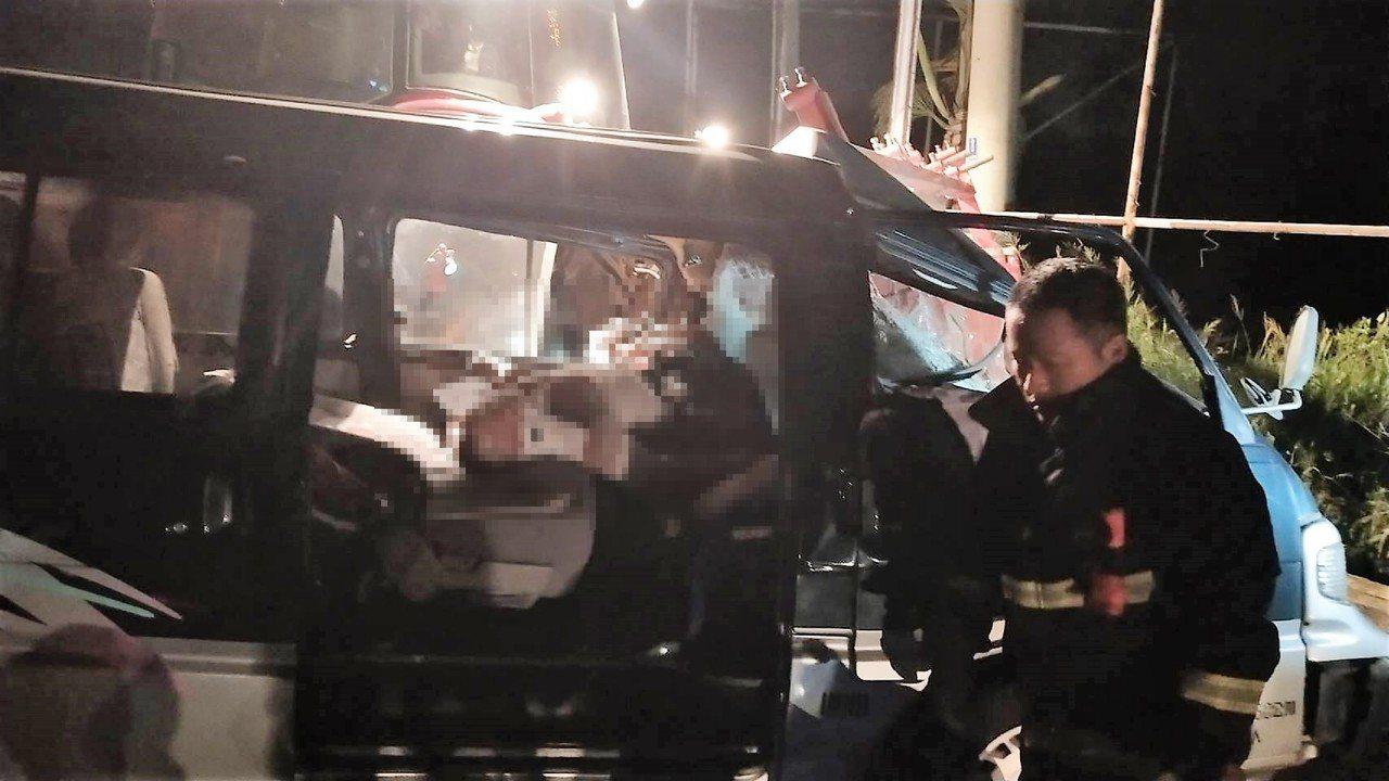 朴子某補習班廂型車,今晚與鐵牛耕耘機車禍,廂型車頭全毀,車體變形,縣消防員到場急...