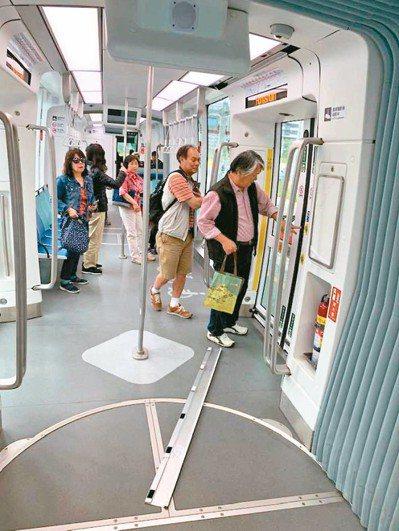 淡海輕軌車廂昨天行進中掉下蓋板,嚇壞乘客。 圖/乘客康正言提供