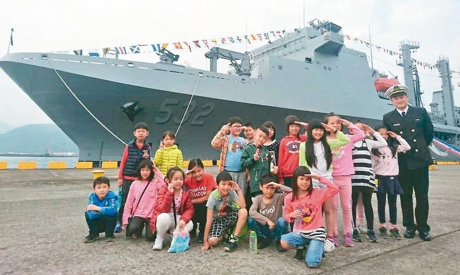 海軍敦睦遠航訓練支隊昨天造訪宜蘭蘇澳港,開放參觀。 記者羅建旺/攝影