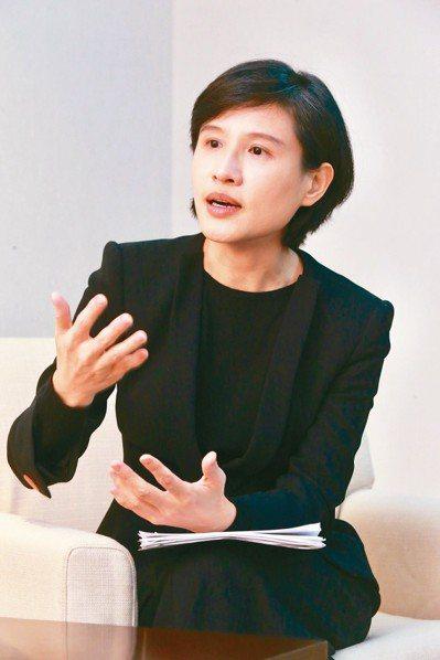 文化部長鄭麗君表示,她其實私心最愛的還是紙本書,「書才代表完整的閱讀、完整的思考...