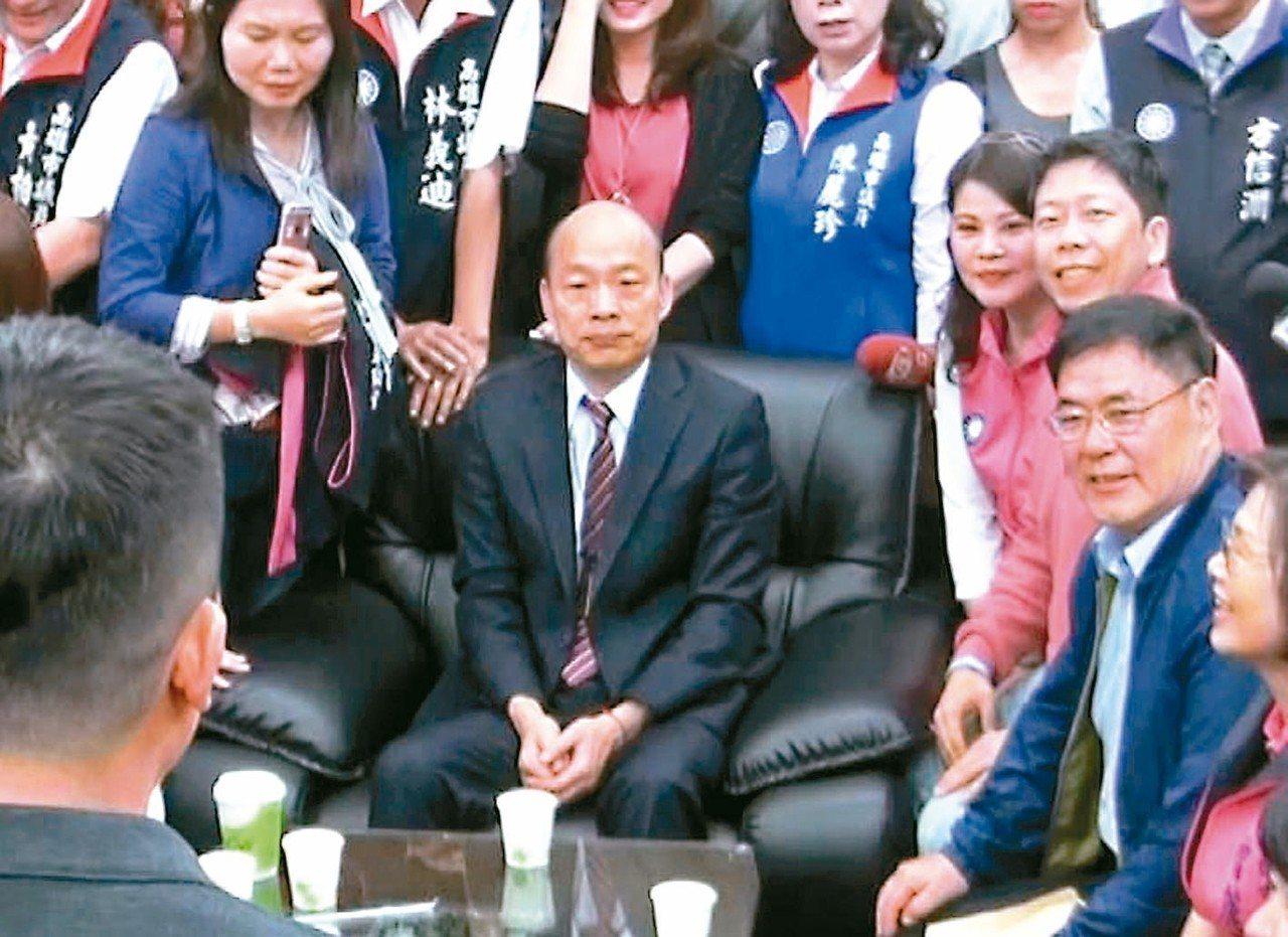 高雄市長韓國瑜(中)昨天拜訪高雄市議會國民黨團,黨團肯定他拚經濟的成果。 記者楊...