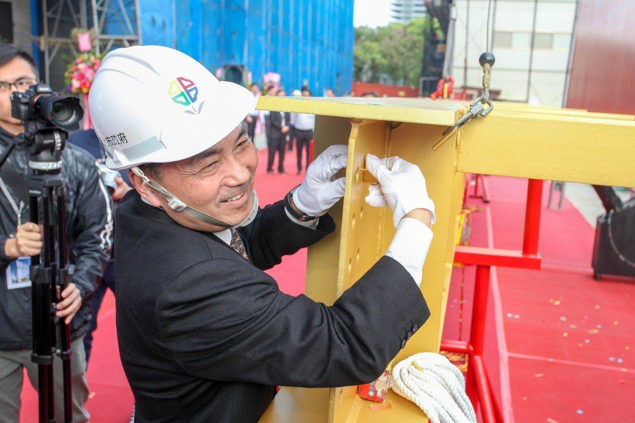 新北市長侯友宜為上梁柱鎖上金螺栓。 記者張曼蘋/攝影