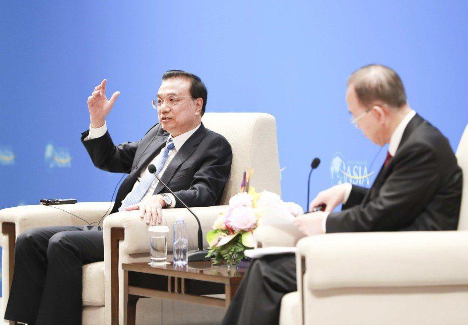 大陸國務院總理李克強(左)日前透露正考慮在自由貿易區開展「自由化試點」。圖為他出席博鰲論壇。 (新華社)