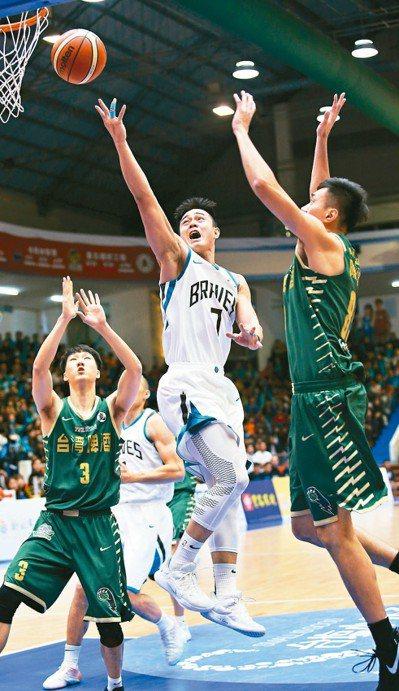 張伯維(中)表現亮眼。 圖/中華籃球協會提供