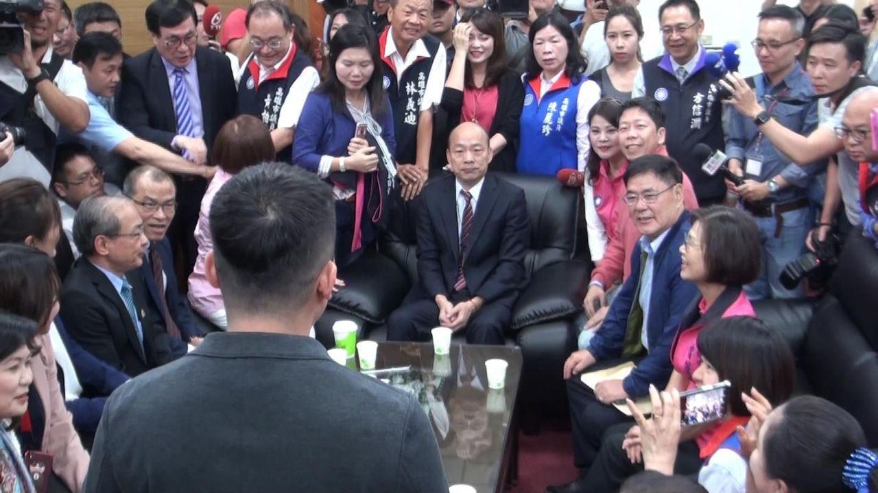 高雄市長韓國瑜(坐者前中)昨天拜會高雄市議會國民黨團,黨團肯定他為拚經濟成果。 ...
