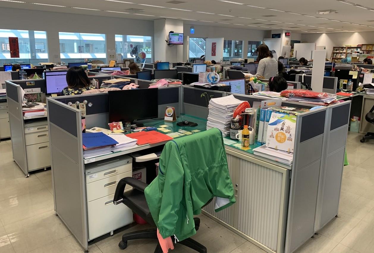 最近公務員初等考試選填分派服務機關,許多年輕準公務員很在意「要不要加班?」記者喻...