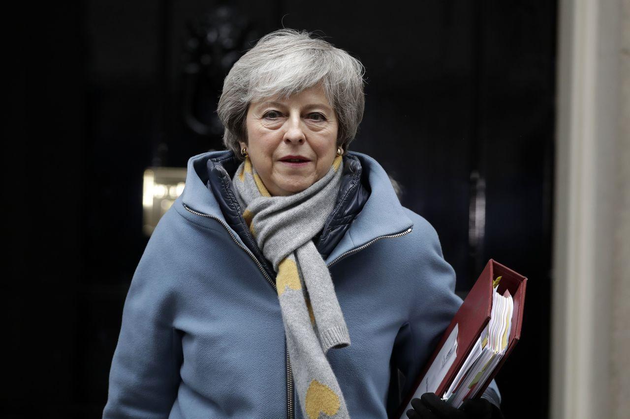 英國首相梅伊廿七日向執政的保守黨同志表示,願以辭職交換脫歐協議在國會通過。 (美...