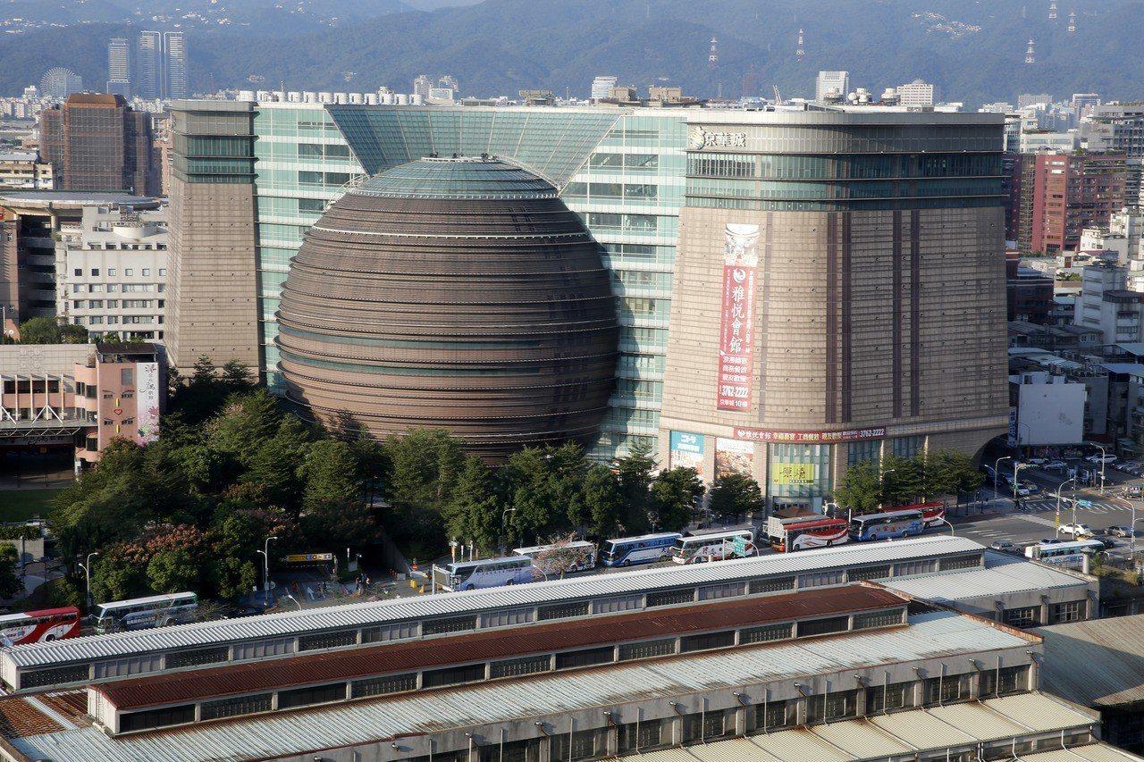 「京華城(Taipei Living Mall)標售案」捲土重來,但昨天仍以二度...