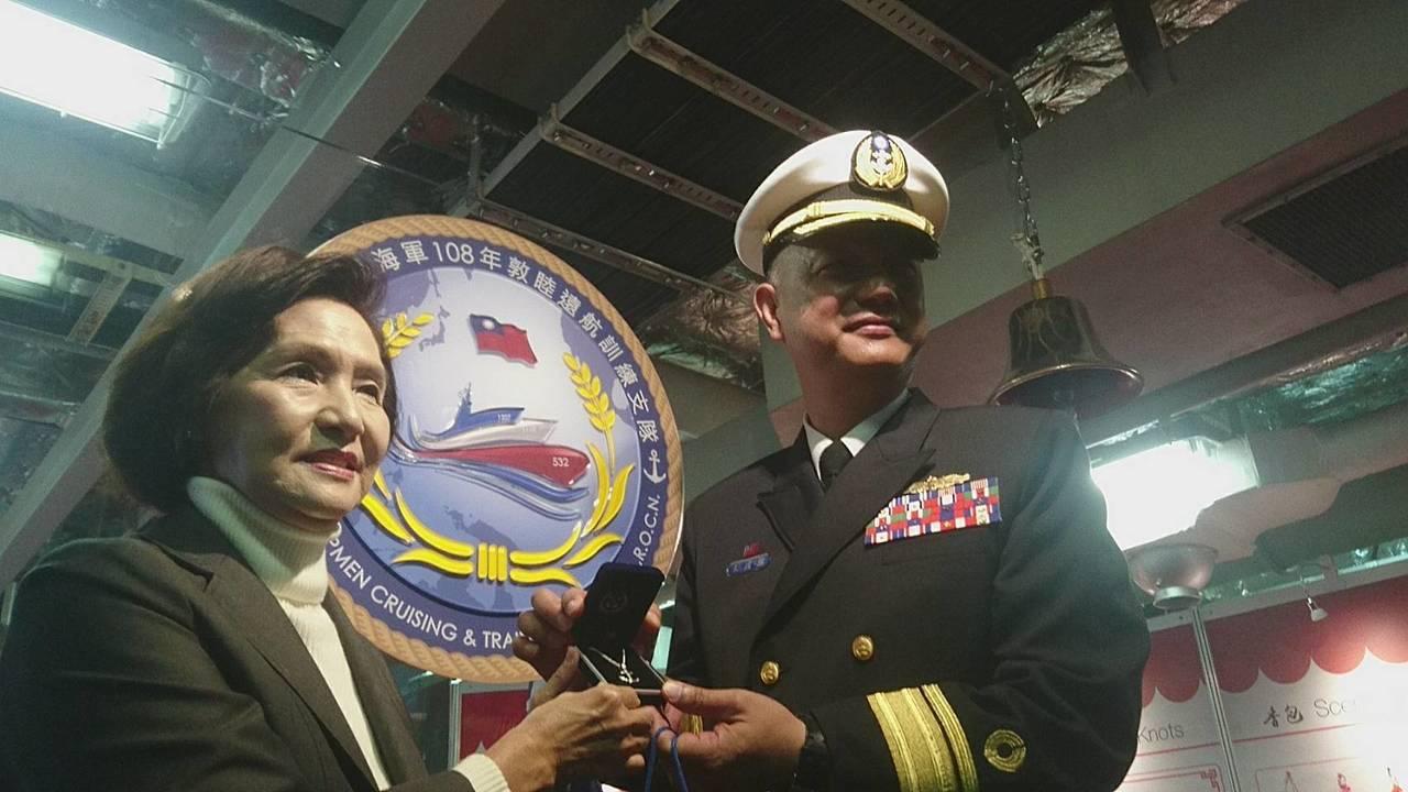 海軍敦睦遠航訓練支隊昨天造訪蘇澳港,開放參觀,宜蘭縣長林姿妙(左)勞軍,登艦參觀...