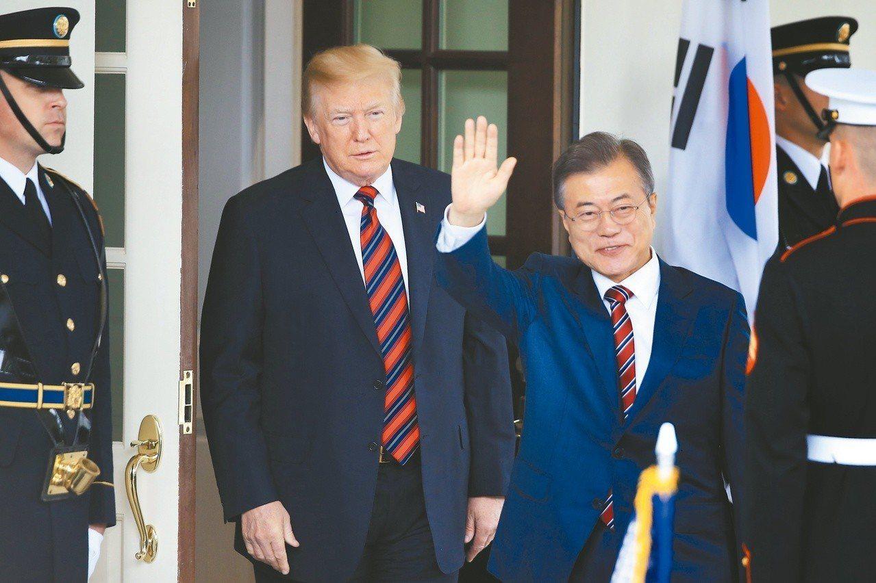 青瓦台廿九日宣布,南韓總統文在寅(右)將於下月十一日訪問華府,與美國總統川普舉行...