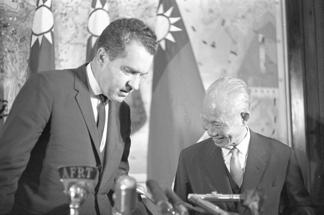 1964年,美國前副總統尼克森來台訪問,時任副總統的陳誠(右)陪同。 圖/聯合報...