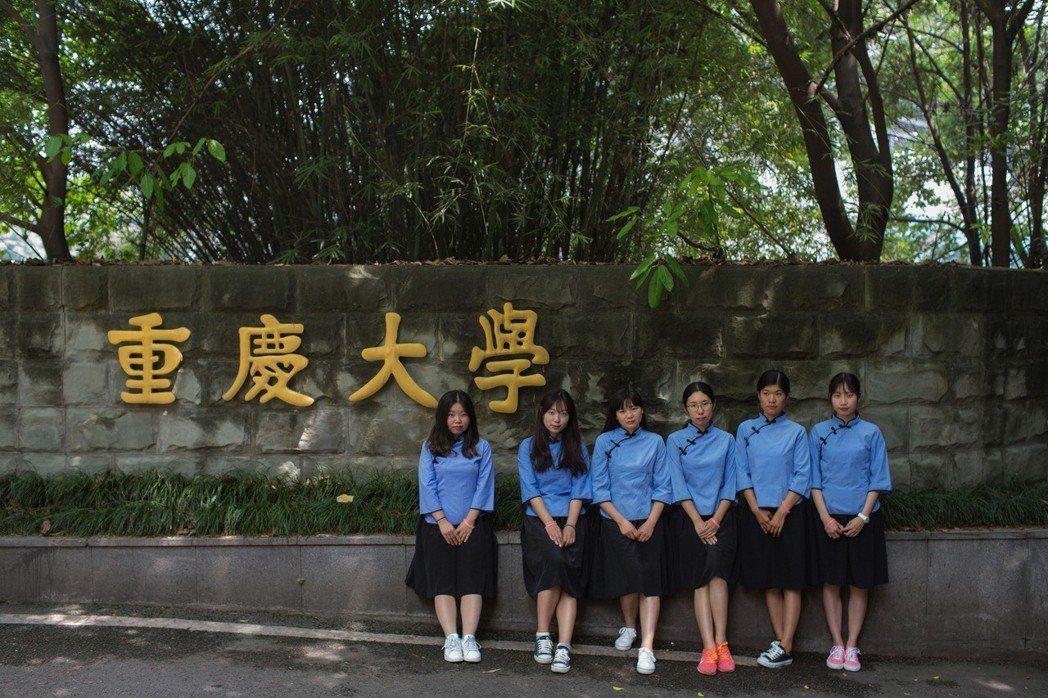 重慶大學今年削減新聞、外語、法學科系。圖為2017年5月南京東南大學的六位女生身...
