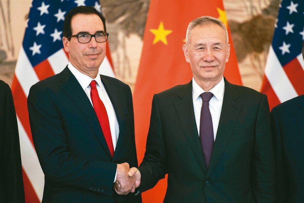 美國財長米努勤(左)與中國副總理劉鶴在磋商時握手致意。 (美聯社)