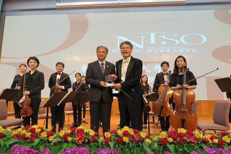 朝陽科技大學校長鄭道明(右)、致贈感謝獎牌給國立臺灣青年交響樂團。 蔣佳璘/攝影