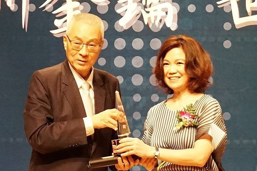 普羅威創辦人呂麗美(右)接受前副總統吳敦義頒奬。 普羅威公司/提供