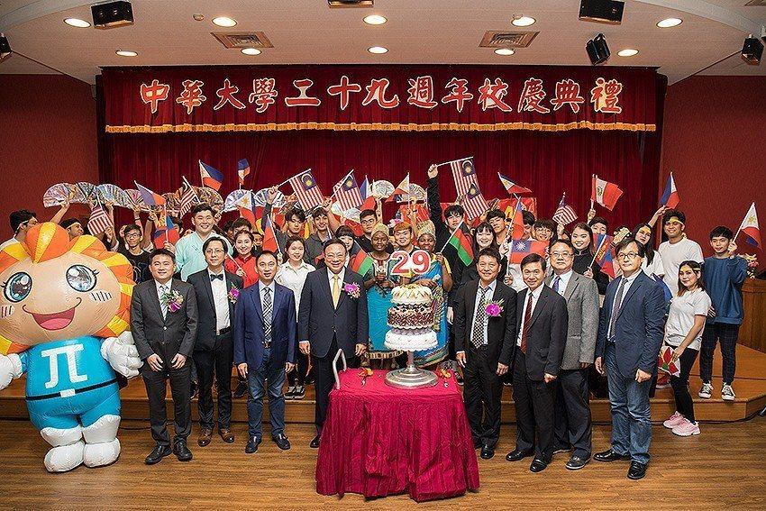 校園大吹國際風,六聲道生日快樂歌為中華大學慶生。 中華大學/提供