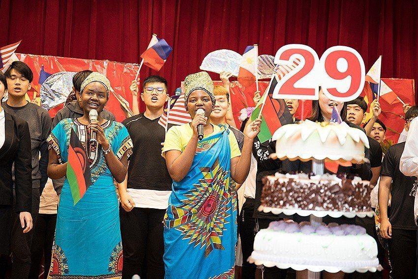 大吹國際風,六聲道生日快樂歌為中華大學慶生。 中華大學/提供