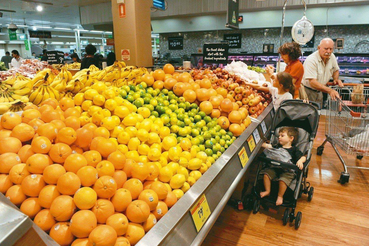 澳洲零售業者面臨停用塑膠包裝新鮮蔬果的壓力,但同時出現新一波的討論。蔬果一旦沒有...
