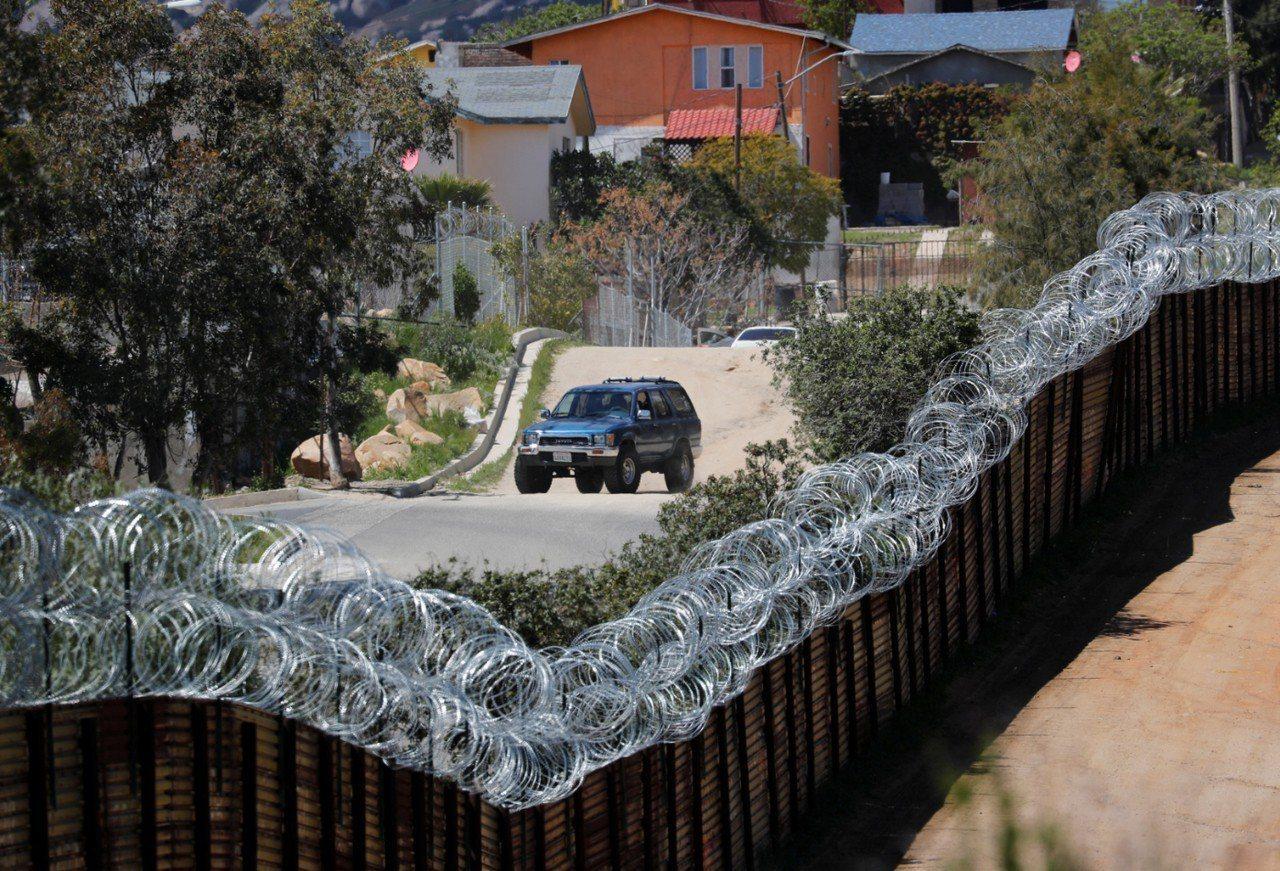 美國總統川普指控墨西哥未阻擋移民非法進入美國。圖為美國加州與墨西哥特卡特附近的邊...