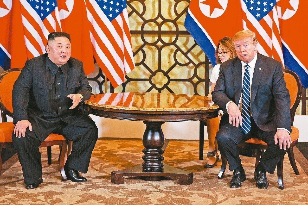 北韓領導人金正恩(左)和美國總統川普(右)二月在河內會談。美聯社 楊德宜