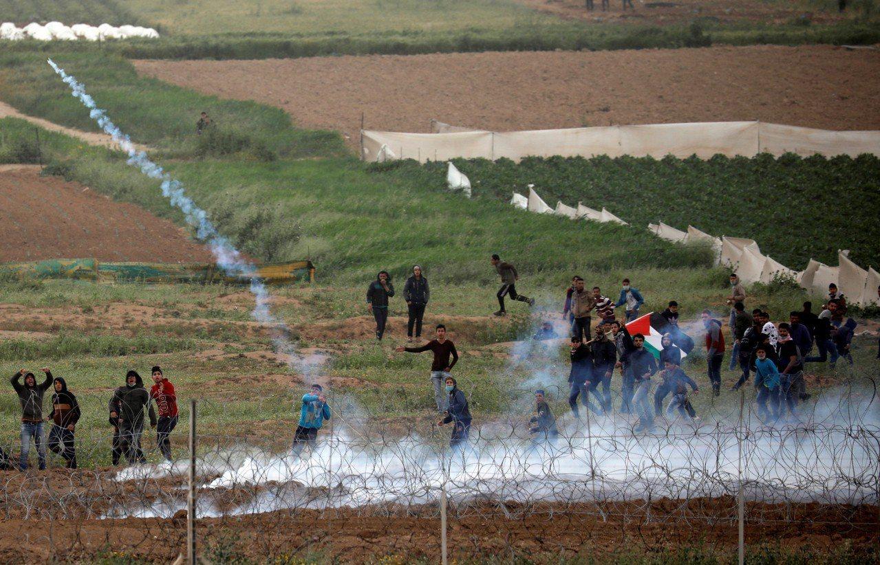 巴勒斯坦抗議示威和以色列士兵在加薩走廊邊境圍欄發生衝突。 路透社