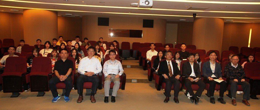 元培新南向國際專班行科系同學開學與校長師長等合影。 元培/提供